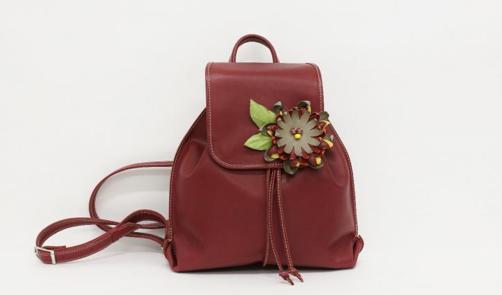"""<a href=""""/ryukzaki-iz-naturalnoj-kozhi/kozhanyj-zhenskij-ryukzak-nebolshogo-razmera-s-tsvetkom"""">Кожаный женский рюкзак небольшого размера с цветком.</a>"""